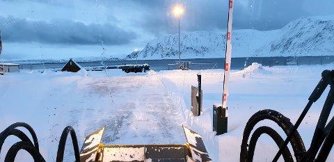 Brøyter: Fredrik Helgesen er i full gang med å brøyte bussparkeringen, slik at innbyggerne kan benytte dette området.