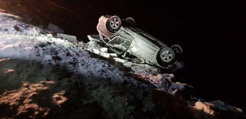 I FJORDEN: Ein mann i 60-åra kom seg ut av bilen etter ulykka som skjedde i Luster natt til måndag.