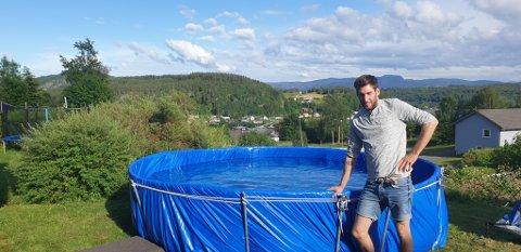 LUR: Roy Inge Hestetun (28) frå Askvoll laga seg eit basseng av ei trampoline då det var utselt for basseng i butikkane.