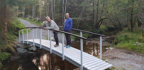 STOLT: Løypegeneral og leiar for Eikefjord Idrettslag Per Øyvind Sørbø er stolt over at dei endeleg har fått til draumen om ei lågterskel løype. Her med leiar for Eikefjord trimgruppe Odd Asle Endestad.
