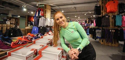 Thea Berg fra Sarpsborg tar med seg Sport Outlet inn i Libris sine gamle lokaler i Farmannsgate 2. Her fra butikken i Moss. Foto: Jon Gran/Moss Avis