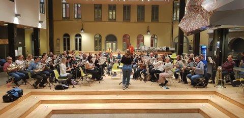 Anna Hartmann i aksjon med Borge Musikkorps