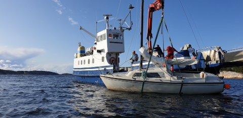 Her heises båten opp på dekk etter å ha ligget ved stranden på Storehavn i et par uker.
