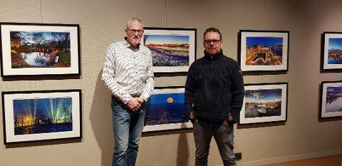 Hans Jørgen Lindeløff (t.v.) og Are S. Grønsund står bak Facebooksiden Vakre Fredrikstad og Hvaler. Nå blir bildene fra utstillingen de arrangerte å finne på en kortstokk.