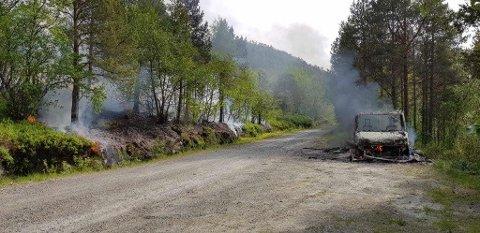 Her er bobilen som brant ned på Inner-skarberget i Tysfjord mandag ettermiddag.