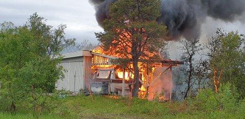 Klokka 18.35 fikk politiet melding om brann i ei campingvogn med tilhørende anneks på Trollhøgda.