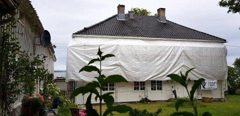 KLARGJØRES: Kiøsterudgården blir malt før den blir lagt ut for salg i august.