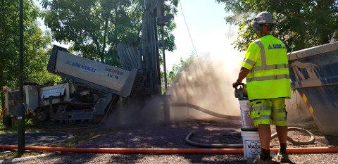 I BRAARUDÅSEN: Ved Braarudåsen blir en av de seks nødvannsbrønnene i Horten etablert. 120 meter ned i bakken treffer Båsum Boring på grunnvannet.