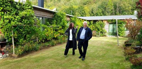 LETTSOLGT: Megler Jan-Harald Wivestad i Privatmegleren hadde en morsom jobb da han solgte den minimalistiske boligen til familien Fore i Frebergsvik.