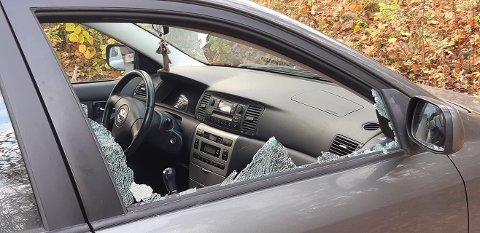 KNUST: Gerd Nyhus Andersen fant sønnens bil med knust sidevindu. Ingenting er tatt fra bilen, hvilket tyder på at gjerningspersonen(e) bare har knust vinduet og løpt sin vei.