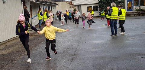 Elever ved Dirdal skule arrangerte skoleløp for å samle inn penger til årets tv-aksjon.