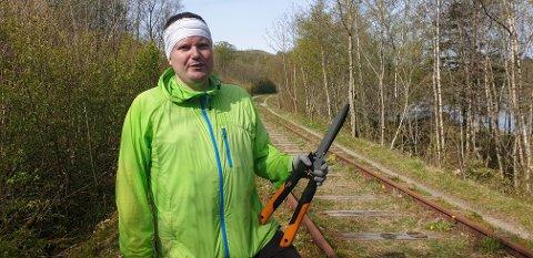 Trond Raymond Knudsen bruker rundt tre timer daglig på å rydde i vegetasjonen langs Ålgårdbanen.