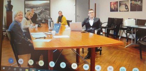 Formannskapsmøtet var digitalt, men enkelte i kommuneledelsen deltok fra formannskapssalen. Fra venstre sitter ordfører Frode Fjeldsbø (Ap), varaordfører Unn Birkeland (Sp), økonomisjef Bjarte Madland, politisk sekretær Inger Marie Refsland og kommunedirektør Pål Larsson.