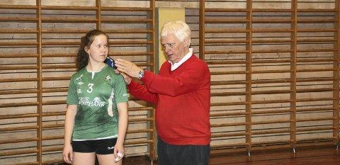 INSTRUKSJONER: Pernille Haugen (15) fikk instruksjoner i hvordan hun kan bedre angrepsspillet sitt av Frode Kyvåg.
