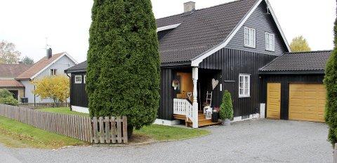 HØYT SKATTET: Lena og Øystein Jegeruds eiendom i Hagebyen på Skotterud er taksert til over 2,3 millioner kroner, og de betaler derfor mer eiendomsskatt enn andre i området.BILDER: SIGMUND FOSSEN