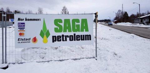 BENSINSATSING: Åpningen av bensinstasjonen ved Østmoen sag, som har fått navnet Saga petroleum, er utsatt.