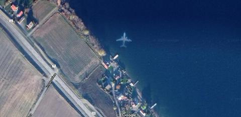 MYSTERIUM: Dette flyet tilsynelatende på bunnen av Mjøsa skapte mange teorier. Nå har Google kommet med svaret.