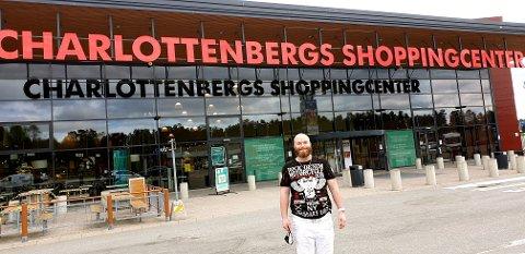 GLAD: Marius Berg Olsen var tidlig ute fredag strålende fornøyd med å slippe karantene etter svenskehandelen. (Foto: Privat)