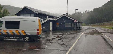 Statens vegvesen hadde kjøretøykontroll i øsende regnvær i Øyer søndag. Det ble utstedt 13 mangellapper og åtte bruksforbud.