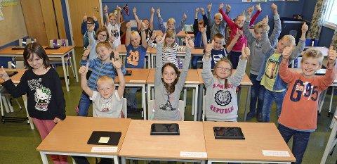 Tipp topp tommel opp: De 22 elevene i 4. klasse på Jaren skole har fått Ipad. Det synes de er helt topp!