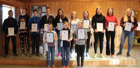PREMIER: Noen av de aktive i Svea Skilag med premier for flott innsats. Foto: Oddvar Gorset