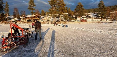 RETT UTENFOR STUEDØRA: Her er det tilgang til banene for skøyter, ski og spark rett utenfor stuedøra.