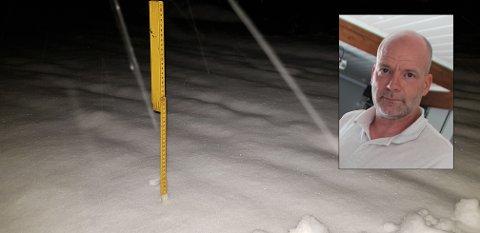 UTFORDRINGER: Jan Erik Oppen ble stoppet av snøen mandag morgen og kom tre timer for sent på jobb. 20 centimeter snø i vegbanen gjorde det umulig å komme fram.