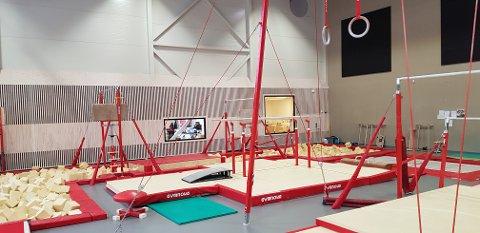 BASISHALL: Slik ser en basishall ut. Det kalles for idrettens ballbinge, og har fastmonterte apparater, hoppegroper og trampoliner.