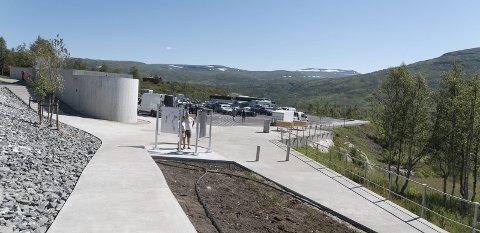 Nytt: Offisiell opning for fyrste byggjesteg av turistvegsatsinga ved Vøringsfossen var 4. juli i år. Her ser ein nytt toalettanlegg og parkeringsplass. Teljarar registrerer besøkjande.