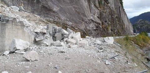 Store steinblokker har rast ut i vegen.