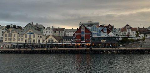 UTESTEDER: – Jeg tror skjenkestoppen har ført til mindre festing, sier helseminister Bent Høie (H). Bildet er fra Indre kai i Haugesund.