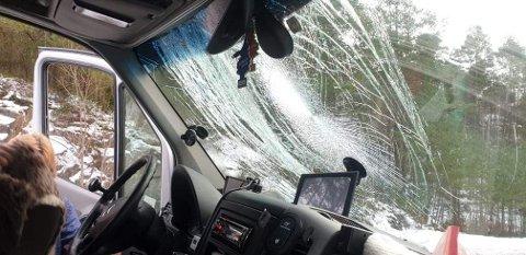 KNUST: Slik så frontruta på varebilen ut, etter sammenstøtet med isklumpen som kom susende fra den motgående bilens tak.
