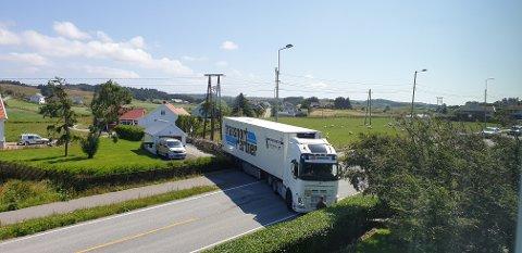 SPERRET VEIEN: Her sto lastebilen bom fast og sperret veien for trafikken i begge retninger på Karmøy.