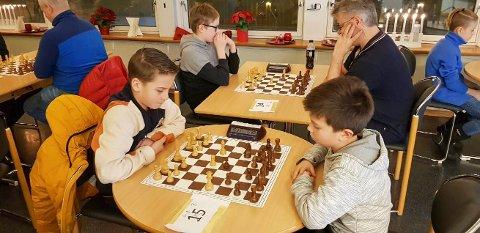 KM i hurtigsjakk og lynsjakk i Mosjøen. Unge spillere fra Mosjøen sjakklubb i aksjon. Daniel Båtstrand (t.v.) mot Kevin Sjåvik