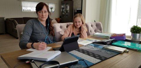 Lærerliv: Kristine Johansen (42) er kontaktlærer på 2. trinn ved Olderskog skole.  Fra hjemmekontoret har hun kontakt med elever og kollegaer via Teams, samtidig som familiens tre barn skal følges opp med sitt skolearbeid. Siren (8) deler spisebordet med mamma, og låner ut rommet sitt til pappa som også har hjemmekontor.