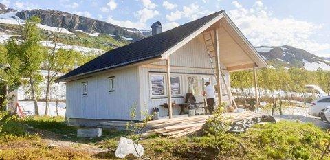 Snart ferdig: Den nye hytta til Vefsn jeger- og fiskerforening ligger på Krutfjellet. Hytta kan bli leid av alle som ønsker uti august.
