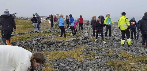 HARD JOBBING: Rundt 30 frammøtte bar stein til et stort «kompass».