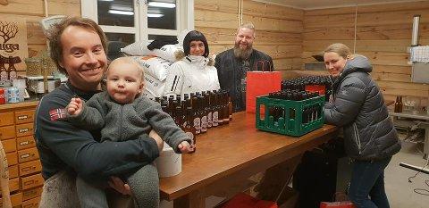 HELE FAMILIEN I SVING: Fra venstre ølbrygger Alf-Emil Paulsen med sønnen Emil (1) på armen, Hege Birkely, Robert Pukari Øvervold og lengst til høyre Alf-Emils kone Aase Alexandra Amundsen da Juga mikrobryggeri lanserte sine første øl på flaske like før jul. Nå skal tyskerne få smake på herligheten.