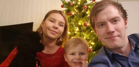 FAMILIE: Amanda Holm med hunden Rufus, sønnen Lucas og samboeren Petter Olsen Hustad, som følger med på reisen til Los Angeles.