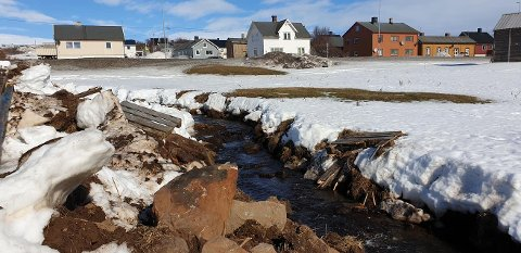 ØDELAGT: Noen har knust broa over Landhuselva i ytrebyen, Vadsø.