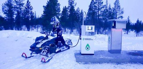 NYTT TILBUD: Snøscooterkjørerne kan nå  tanke scooteren sin i påska kort vei fra hytta i Bollo hyttefelt.