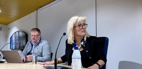 Ordfører Kari-Anne Opsal og kommunedirektør Hugo Thode Hansen er samlet natt til søndag for å håndtere den alvorlige smittesituasjonen som er avdekket i helga.