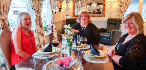LATTER: – Jeg har ikke hatt det så moro på mange år, forteller Lotta Helliksson (f.v.). Her ler hun godt sammen med kollegene Liv Helen Walstad Andresen og Sølvi Madsen.