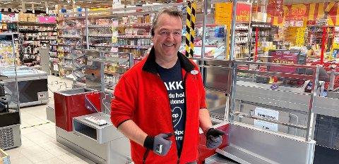 FORNØYD: Kjøpmann Ole Johnny Fjeldstad i Extra Aurskog er fornøyd med å fordoble kassekapasiteten. Seks av kassene blir heretter selvbetjente.