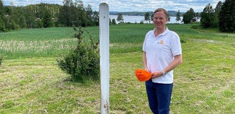 UTSIKT: Vestre Bunes på Setskog ligger idyllisk til ved Settens bredd. – Det er stor begeistring i nnad i familien for å komme videre og bli innflyttingsklare, forteller Rolf Th. Holm, som kjøpte eiendommen i fjor.