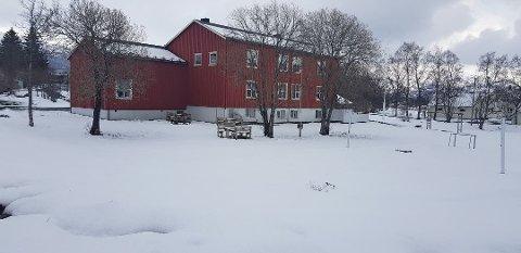 SNØ I MAI: Slik så kulturhuset i Leirfjord ut torsdag ettermiddag Foto: Lise Jeanette Nilsen