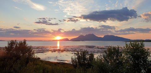 TROPENATT: Årets første tropenatt i landet ble målt på Helgeland. Her ser vi midnattsola fra Søvik.