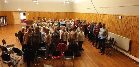 ØVING SAMMEN: De tre korene møttes til sin første øving på   kulturhuset i Hof i september. Lørdag er det duket for generalprøve før konserten søndag.