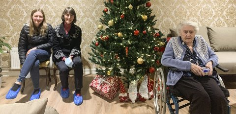 EN UVANLIG JUL: Synnøve Hegg (92) har fått juletreet på plass i rommet sitt. Her har hun besøk av datter Irene Bondahl og barnebarn Martha Irene Bondahl. Foto: privat
