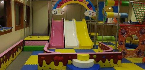PÅ PLASS: Skliene og det andre i lekeland er på plass i bygget.
